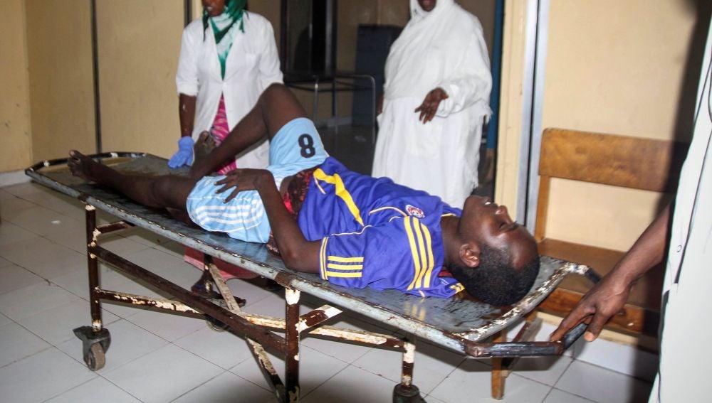 Un hombre herido es trasladado en camilla tras la explosión de dos coches bomba en Mogadiscio, Sonalia