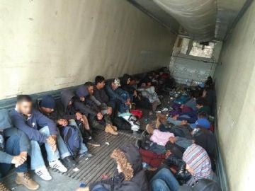 Vista general de las condiciones en que viajaban los 103 migrantes centroamericanos abandonados en el interior de un camión