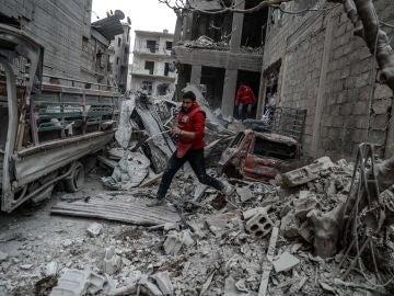 Un voluntario corre tras un bombardeo en Duma, feudo rebelde de Guta Oriental