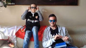 Pablo Sarabia con Julio, joven aficionado del Sevilla