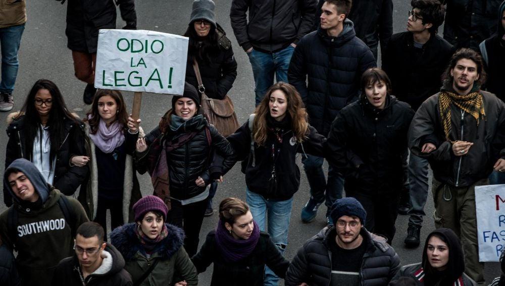 Antifascistas y ultraderechistas marchan en Italia a una semana de las elecciones