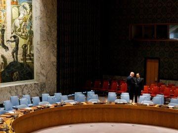El embajador ruso en las Naciones Unidas, Vassily Nebenzea (i), y su homólogo chino, Ma Zhaoxu