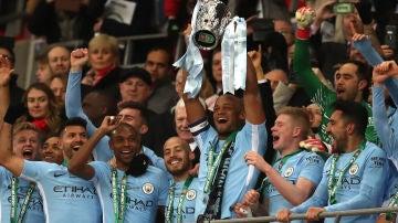 Kompany levanta el trofeo de la Copa de la Liga en Wembley