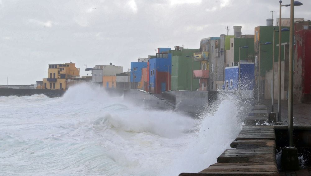 Imagen del fuerte oleaje azotando en barrio marinero de San Cristóbal, en Las Palmas de Gran Canaria