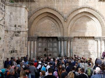 Visitantes esperan a la entrada del Santo Sepulcro, cerrando en Jerusalén