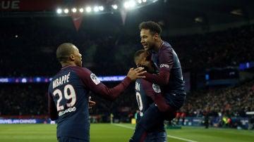 Mbappé, Neymar y Kurzawa celebran un gol ante el Olympique de Marsella