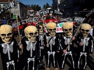 Vecinos disfrazados con calaveras se manifiestan en Touro contra la reapertura de una mina de cobre