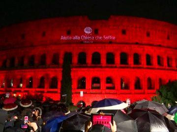 El Coliseo de Roma se tiñe de rojo