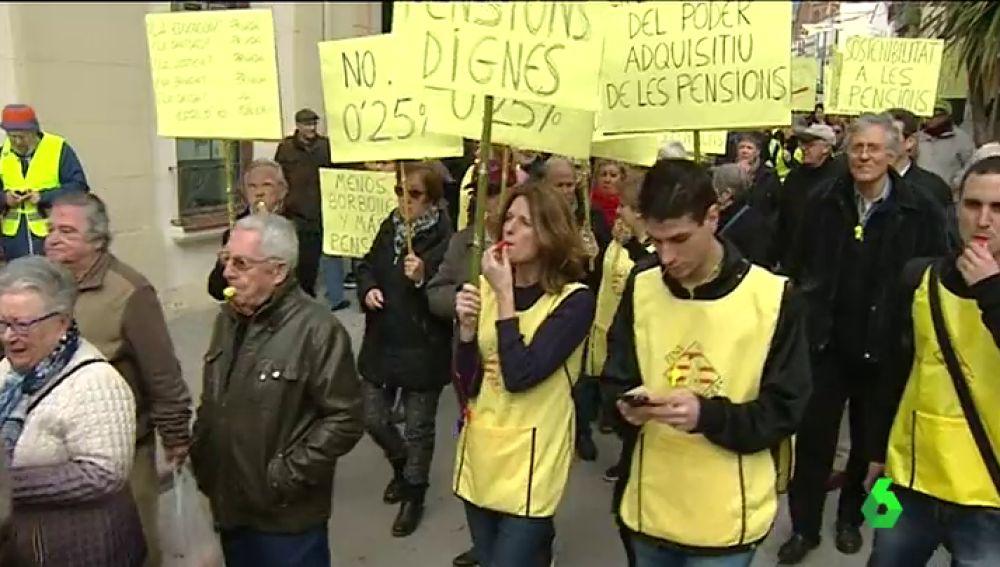 """Los yayoflautas de Barcelona salen a la calle por unas pensiones dignas: """"Que se enteren que no somos tontos"""""""