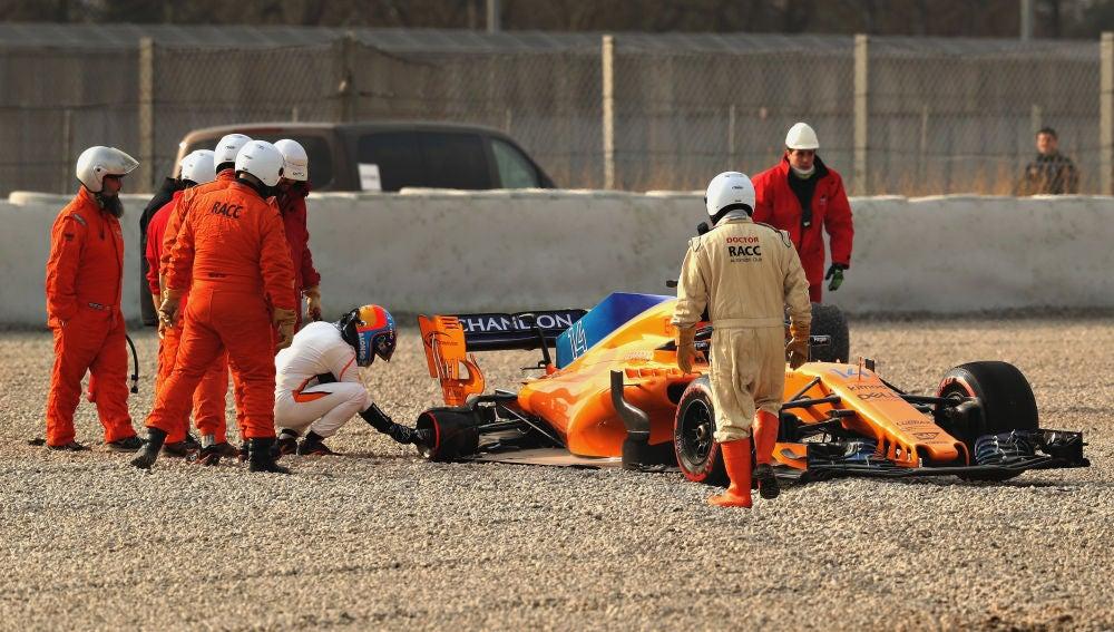 Fernando Alonso observa su McLaren tras el accidente en Montmeló