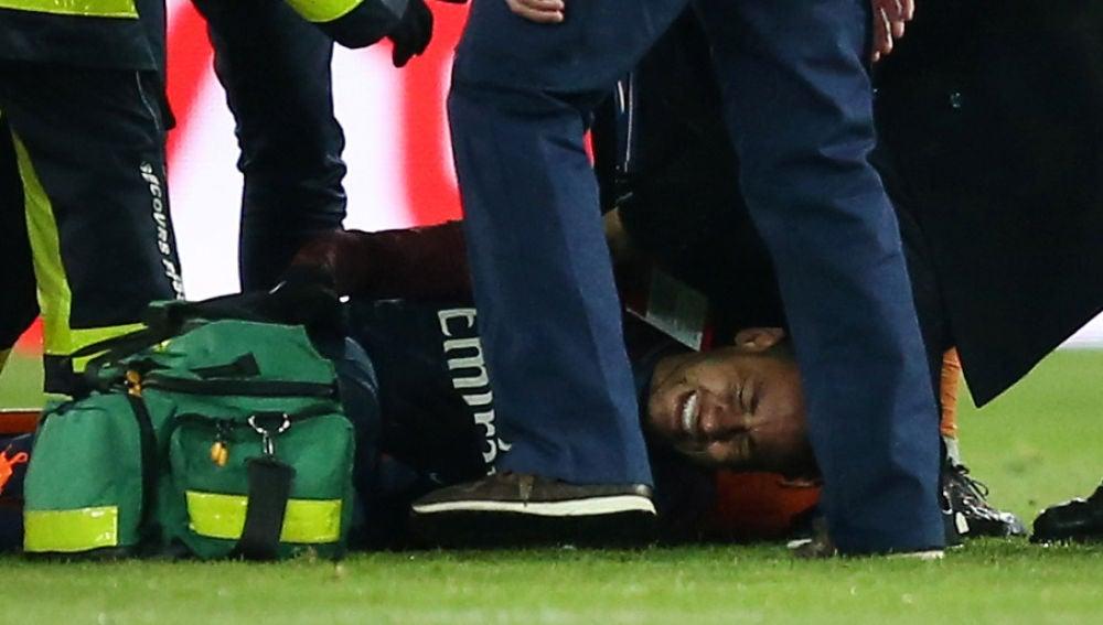Neymar se duele en el suelo