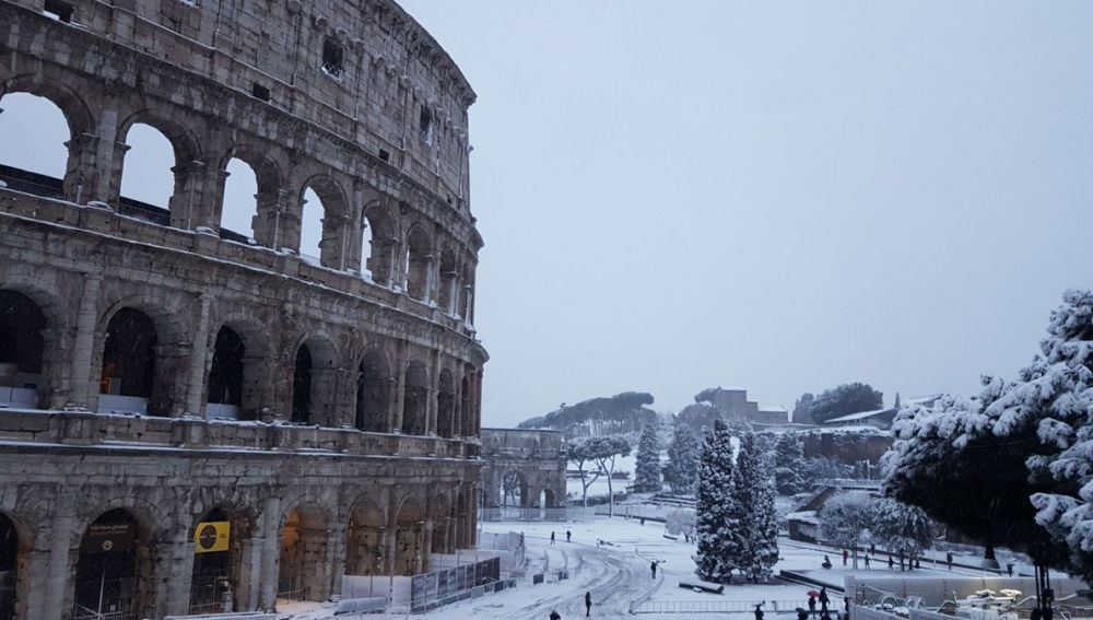 El Coliseo amanece cubierto de nieve en una imagen poco habitual