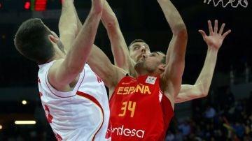 Pablo Aguilar y Fran Vázquez intentan taponar una acción de Montenegro