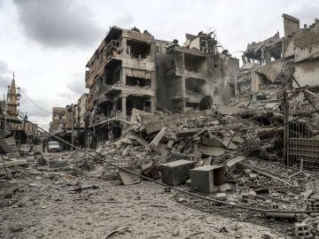 Vista de la calle y edificios en ruinas después de varios bombardeos, en Duma, feudo rebelde de Guta Oriental