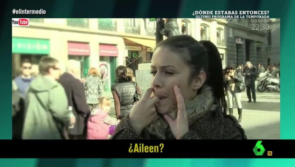 Una joven hace el silbo gomero