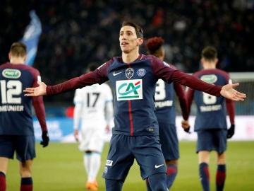 Di María celebra con la grada uno de sus goles con el PSG