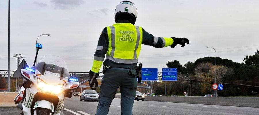 ¿Eres capaz de reconocer las señales que te hace la Guardia Civil de Tráfico?