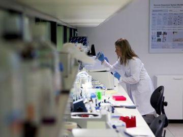 Una mujer investiga en un laboratorio