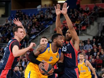 Thomas Robinson intenta avanzar ante la defensa del Baskonia