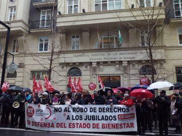 Manifestación frente a la Tesorería General de la Seguridad Social de Granada