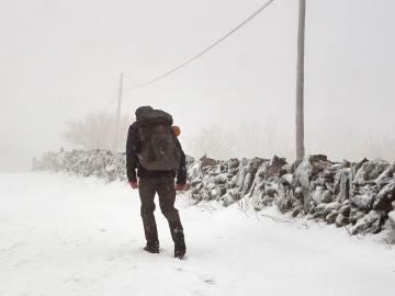 Un peregrino de Lituania recorriendo el Camino de Santiago bajo el temporal de nieve