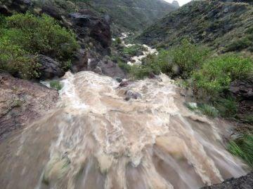 Cascadas de agua de lluvia en Veneguera, al suroeste de Gran Canaria