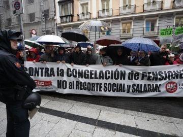 Centenares de jubilados exigen bajo la lluvia una subida digna de su pensión