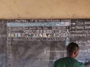 Un profesor de Ghana explica con dibujos en la pizarra cómo funciona Word