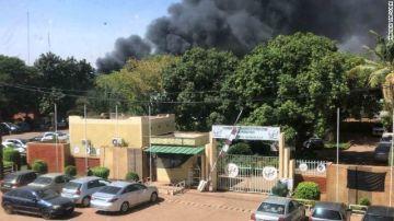 Incendio en la Embajada de Francia provocado durante el ataque en Burkina Faso