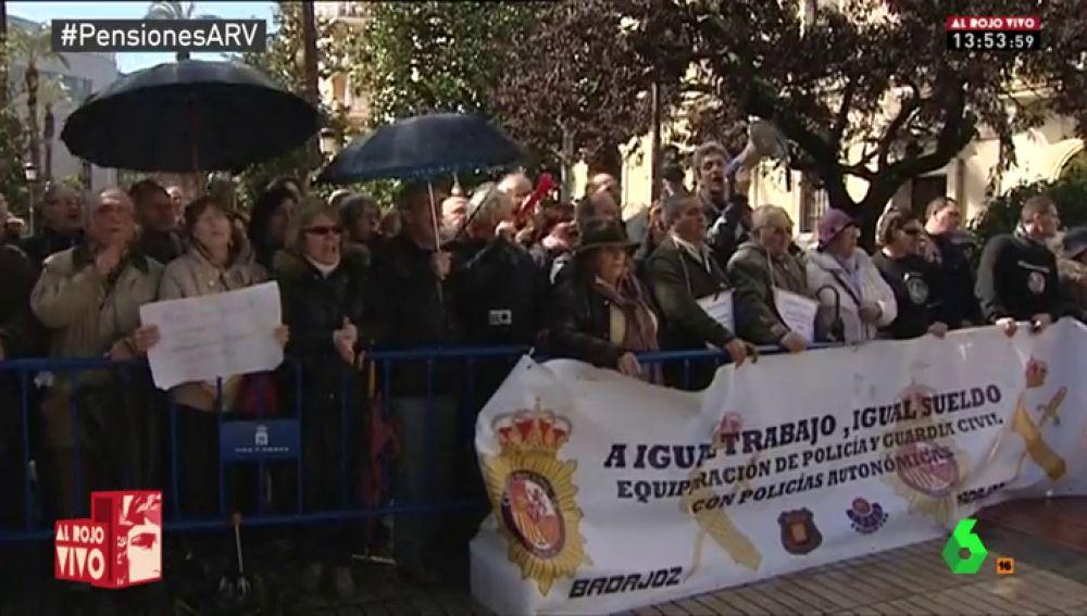 Un grupo de pensionistas abuchea a Mariano Rajoy