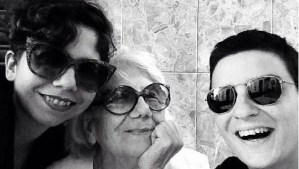 Alejandra, su abuela y su novia Coco, que conviven juntas desde hace casi un año