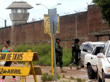 Dos policías caminan junto a la cárcel de Palmasola, en Bolivia