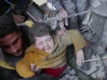 Niño sirio rescatado entre los escombros