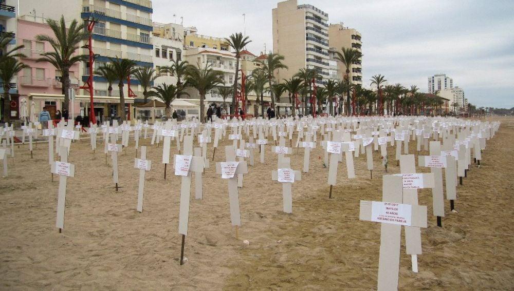 Playa de Vinaròs convertida en un cementerio simulado