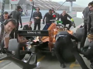 El surrealista pit-stop de McLaren en Montmeló