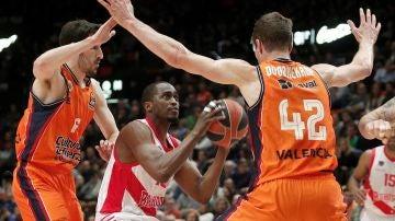 Rodrigue Beaubois trata de lanzar a canasta ante la defensa del Valencia Basket