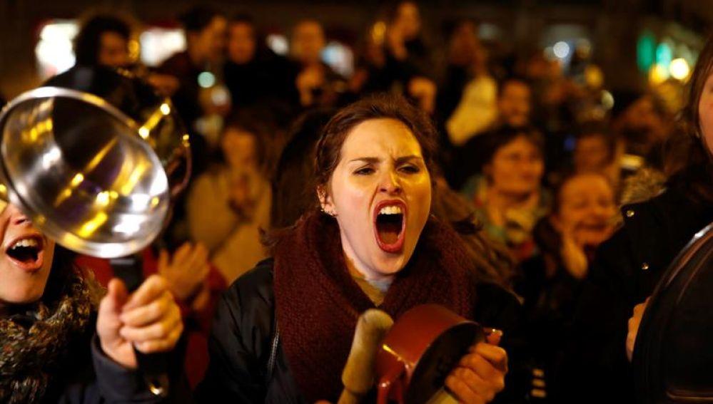 Una manifestante, durante las caceroladas en Madrid