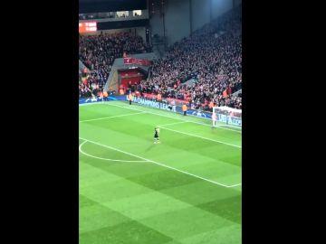 Iker Casillas recibe una ovación en Anfield