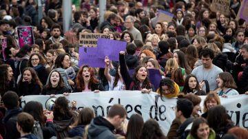Una ola de mujeres toma la calle en una huelga feminista