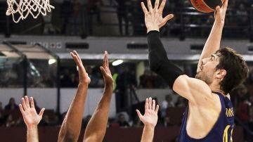 Tomic lanza un gancho ante la defensa de Olympiacos