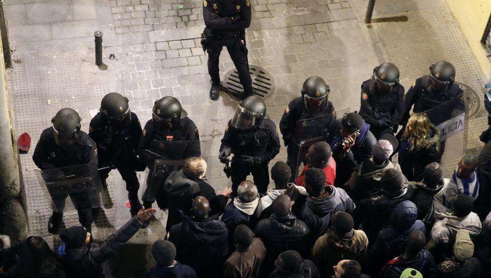 Policías antidisturbios intentan calmar la tensión en la calle Mesón de Paredes