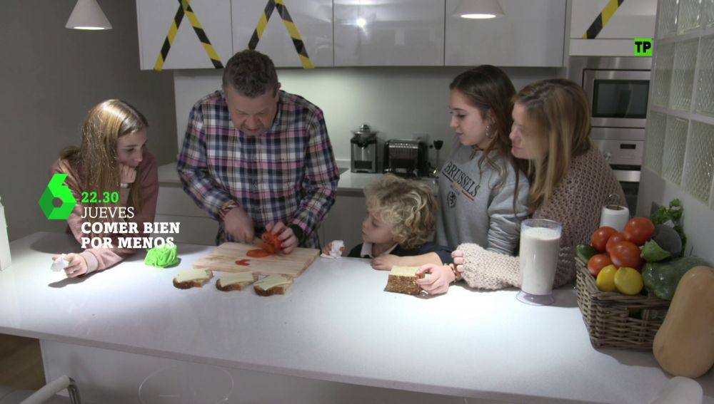 Alberto Chicote, con una familia en 'Comer bien por menos'