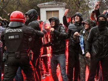 Los aficionados del Marsella, siendo retenidos por la Ertzaintza