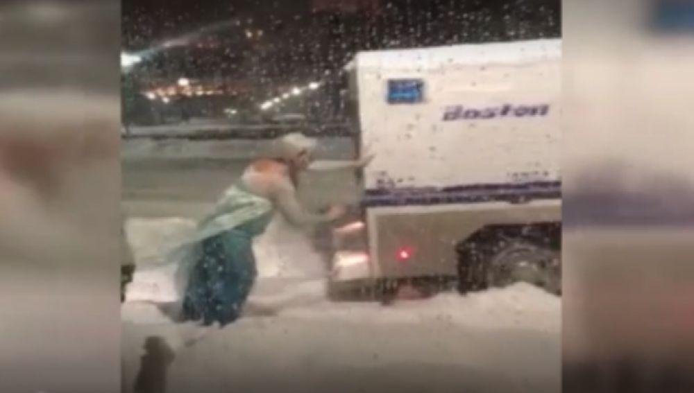 Una drag vestida de Elsa rescata a la policia de Boston de la nieve