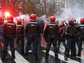 Agentes de la Ertzaintza, frente a seguidores del Marsella