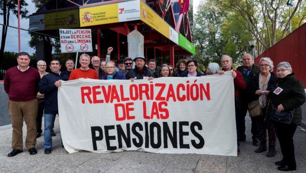 Pensionistas se manifiestan por un aumento de sus pensiones