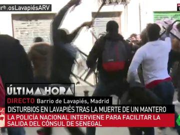 Lanzamiento de sillas y piedras y cargas policiales cuando el cónsul de Senegal intentaba abandonar el barrio de Lavapiés