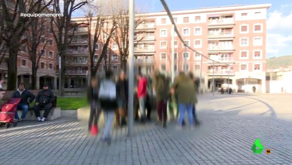 """La vida de los menores en el barrio de San Francisco, el 'Bronx de Bilbao': """"Vete de aquí o te rompo la cámara"""""""