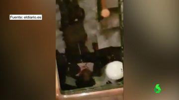 Fue apartado de la plaza e ignorado en el atestado policial: esto es lo que ocurrió con el hombre al que policía golpeó brutalmente en la cabeza en Lavapiés