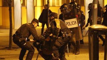 Policías antidisturbios en la calle Mesón de Paredes con la calle del Oso
